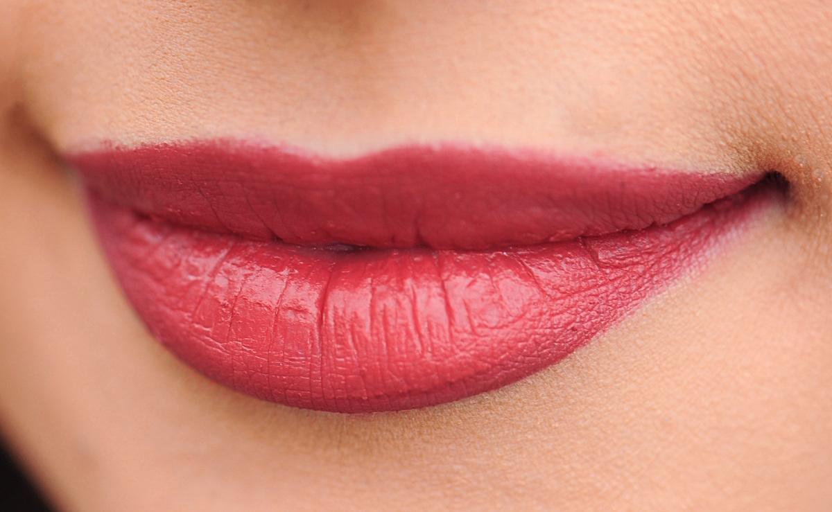 rdeca sminka ustnice topel ton