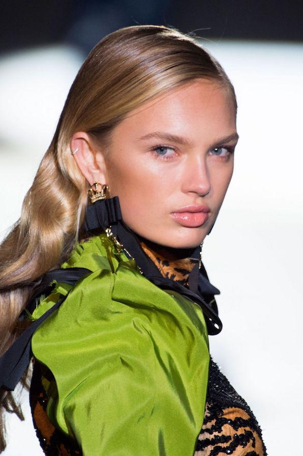 pantone-greenery-barva-leta-2017-romee-strijd-at-dsquared2-spring-summer-2017