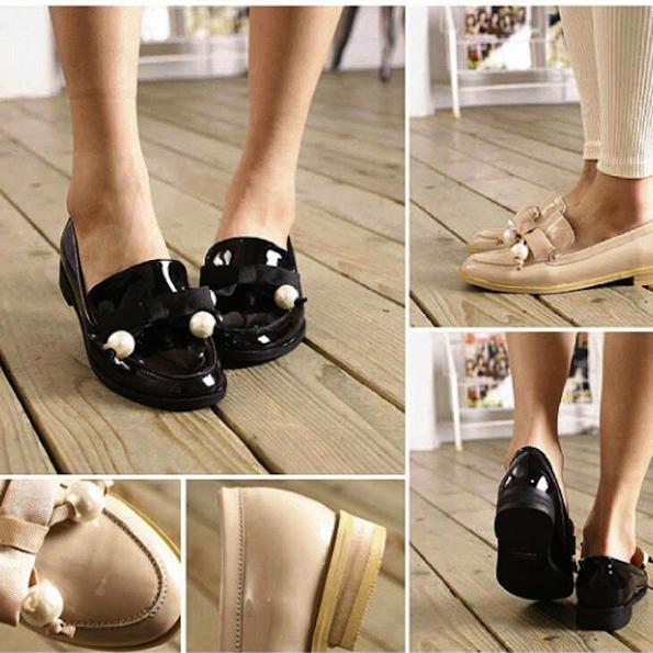 Elegantni, trendni in udobni … nizki lakasti čevlji z biseri. Foto: @bg_shoesworld