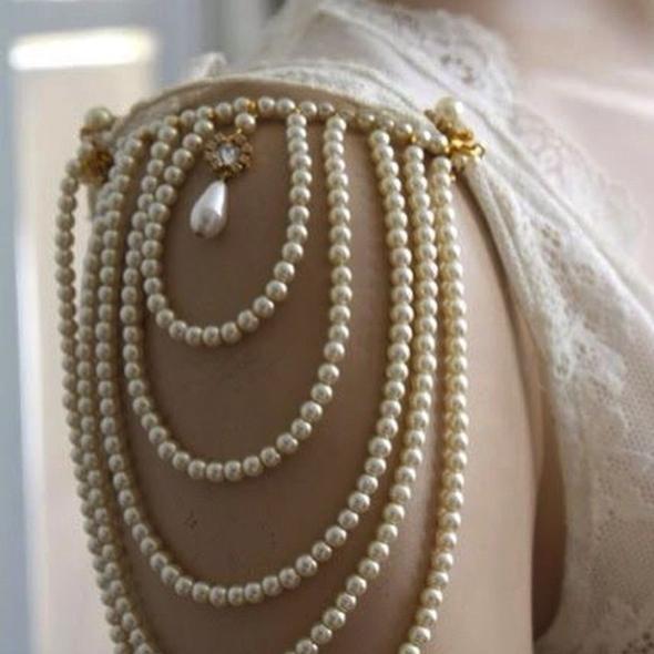 Ogrlice z biseri, ki drzno 'pokrivajo' rame. Foto: @vintage_affair