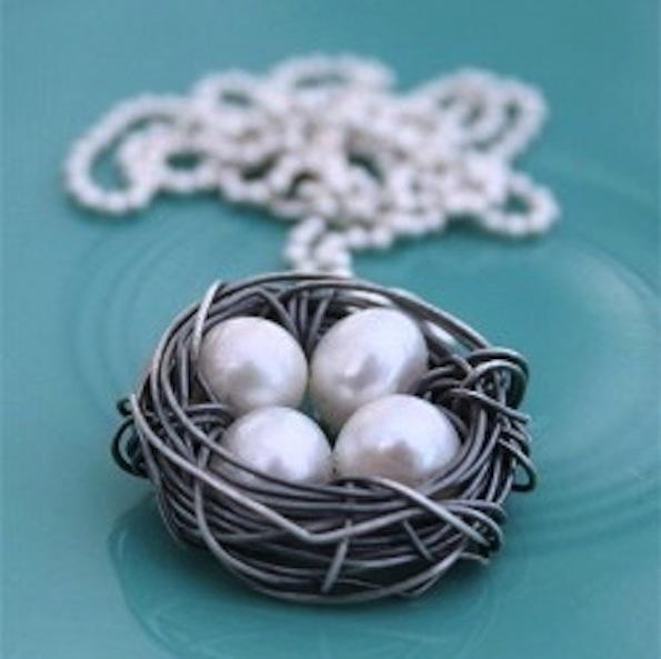 Simbol družine: Ogrlica z biseri v gnezdu. Foto: Pinterest, Nest Necklace